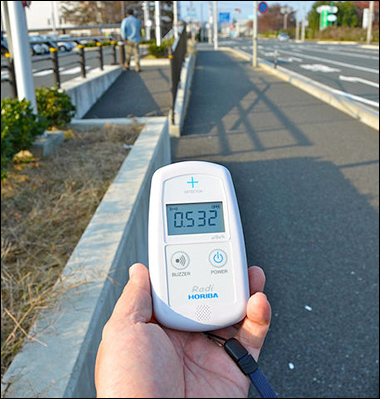 Geiger counter showing radiation at Minamisoma, Fukushima Prefecture, Japan, 4 November 2011 / By osaMu, via Wikimedia Commons