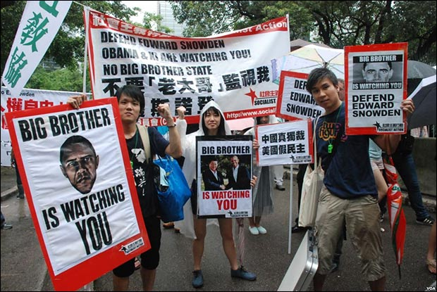 Protesters rally in Hong Kong to support Edward Snowden / By VOA [Public domain], via Wikimedia Commons