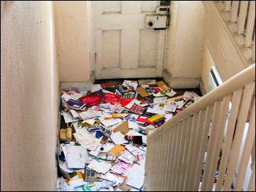 Junk mail delivered to your door. Credit Ant Jackson via Flickr : mail door - Pezcame.Com