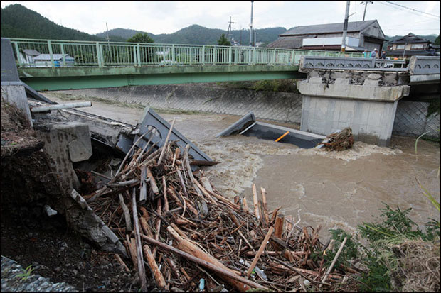 This picture shows a bridge that collapsed into a flooded river in Kyoto as torrential rain hit western Japan on September 16, 2013. (AFP Photo / Jiji Press Japan Oot)