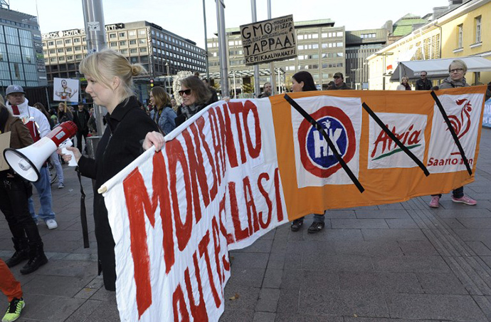 Demonstrators hold up banners to protest against chemical giant Monsanto and its GMO (genetically modified organism) products on October 12, 2013 in Helsinki. (AFP Photo / Heikki Saukkomaa)
