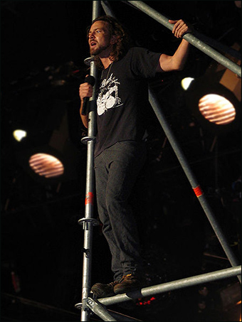 Eddie Vedder blissfully unaware that gun-free zones are ideal targets for potential mass murderers. / By Marco AnnunziataValepert, from Wikimedia Commons