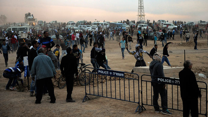 Bedouin demonstrators clash with Israeli security during a protest against the Prawer plan in the southern village of Hura on November 30, 2013.(AFP Photo / David Buimovitch)