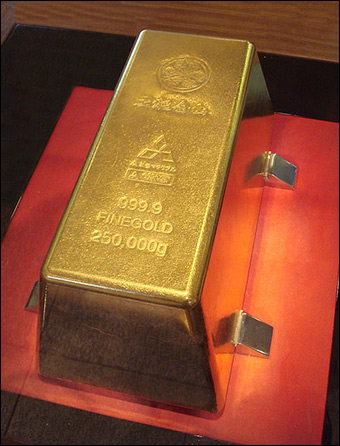 At a gold price of around $1250 per ounce, this bar is worth nearly $10 million. Credit: Toi Mine via Wikimedia