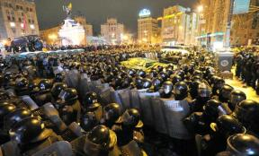Anti-riot police gather at Independence Square in Kiev early on December 11, 2013 (AFP, Viktor Drachev)