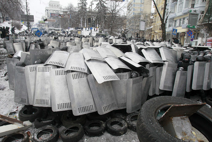 Interior Ministry members take cover behind shields as pro-European protesters erect a barricade during a rally in Kiev January 22, 2014. (Reuters/Gleb Garanich )