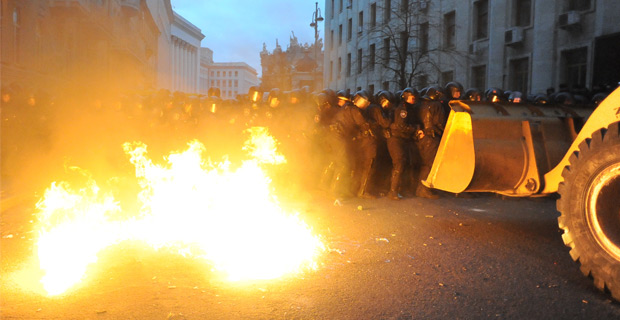 Riot police and protestors clash outside the Kiev city council building. Credit: Mstyslav Chernov / Wiki