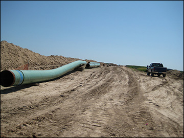 Pipes for the Keystone Pipeline / photo:  	shannonpatrick17, Wikimedia Commons