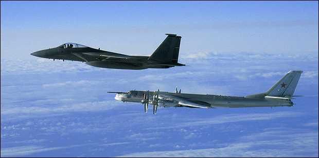 F-15C Eagle flies next to a Russian Tupolev Tu-95MS Bear bomber during a Russian exercise / Wikimedia Commons